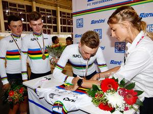 Hannes Wilksch signiert WM-Trikot